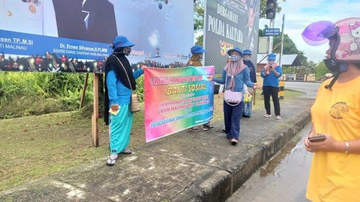 Rayakan HUT Perdana, Pelaku UMKM Malinau Bagi Ratusan Masker di Perempatan Jalan