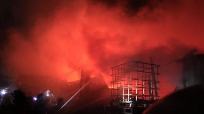 Kebakaran Besar Terjadi di Gudang Kayu PT Sumalindo, Relawan dan PMK Bersatu Berusaha Padamkan Api