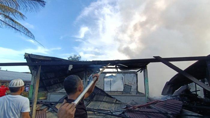 Proses pemadaman api di Jalan Bengkirai, RT 4 Kelurahan Gunung Lingkas. Tampak rumah milik Ahmad hangus dilalap si jago merah. TRIBUNKALTARA.COM/ANDI PAUSIAH
