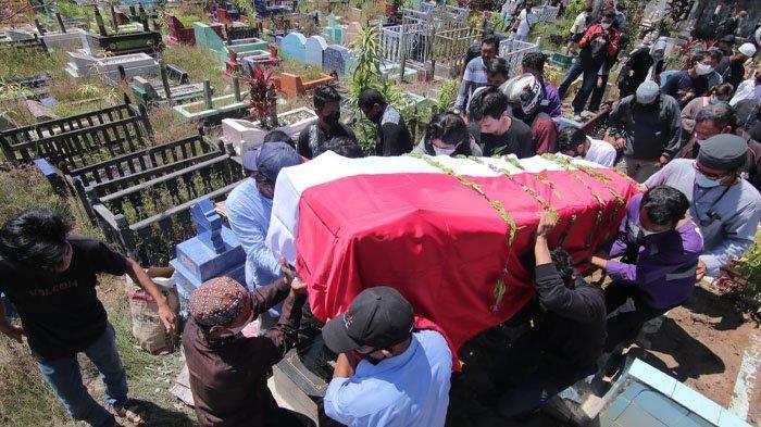 Suasana prosesi pemakaman Jenazah almarhum Iswahyudi, Mekanik Rimbun Air yang menjadi salah satu korban kecelakaan pesawat di Papua. Sang istri tampak terus menangis. (DWI ARDIANTO/TRIBUNKALTIM)