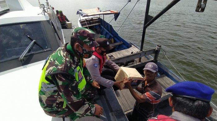 Masa Pandemi Covid-19, TNI-Polri Bagi-bagi Sembako ke Nelayan di Perairan Juata Tarakan