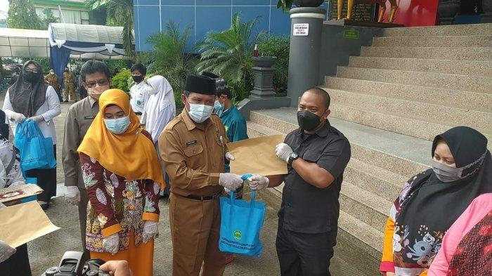 Peringati Hardiknas di Tengah Pandemi Covid-19, Disdikbud Kaltim Berikan 200 Paket Sembako