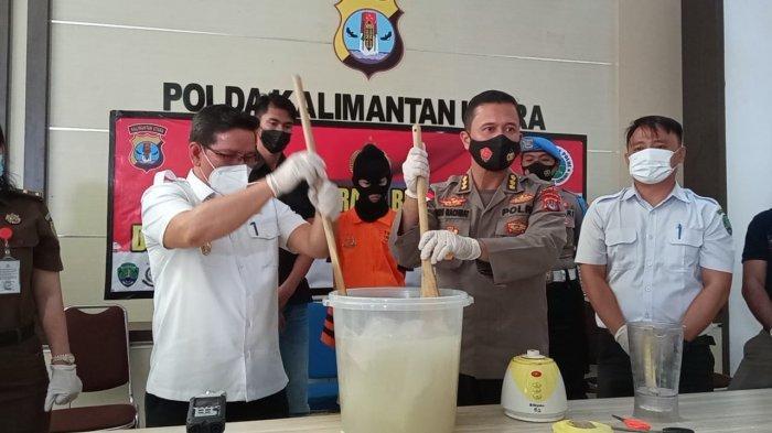 Jajaran Ditreskoba Polda Kaltara saat melaksanaman pemusnahan 1,5 Kg Sabu dengan cara diblender di Mapolda Kaltara ( TRIBUNKALTARA.COM / MAULANA ILHAMI FAWDI )