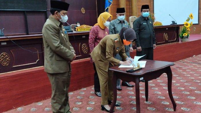 Penandatanganan berita acara persetujuan bersama Raperda pertanggungjawaban pelaksanaan APBD tahun anggaran 2020 oleh DPRD dan pemerintah daerah Kabupaten Nunukan, Senin (12/07/2021).