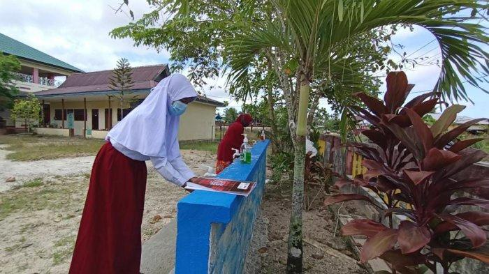 Penerapan prokes seperti mencuci tangan harus menjadi pembiasaan bagi siswa saat PTM sudah diterapkan nanti. Tampak salah seorang siswa sedang mencuci tangan sebagai wujud penerapan prokes di sekolah. Andi Pausiah/Tribunkaltara.com
