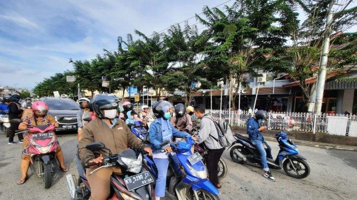 Kegiatan aksi penggalangan dana diinisiasi Kerukunan Keluarga Adonara dan mahasiswa NTT di persimpangan lampu merah GTM, Kota Tarakan.