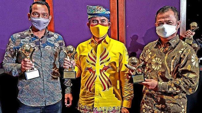 "Wali Kota Tarakan, dr Khairul bersama Iwan Setiawan, Direktur Utama PDAM Tarakan dianugerahi penghargaan sebagai ""TOP CEO BUMD 2021""."