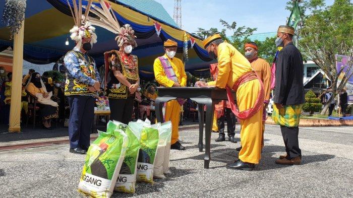 Pemberian Penghargaan Kepada Petani Lokal Bagi yang telah berkontribusi membuat produk lokal beras Enggang.