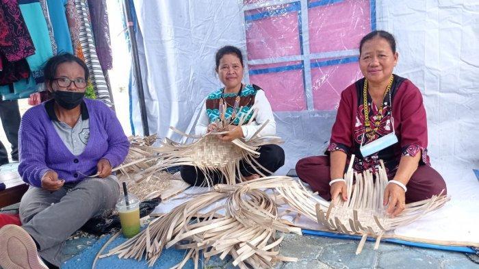 Ibu Rumah Tangga Pengrajin Anyaman Bambu Desa Seruyung, Sumiati (Kanan), Taruni dan Agustina saat mengolah produk kerajinan tangan di Kecamatan Malinau Kota, Provinsi Kalimantan Utara, Kamis (14/10/2021)