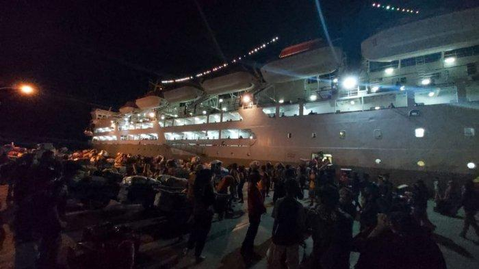 Antrean penumpang Pelni KM Lambelu di pintu masuk kapal, Sabtu (01/05/2021), dini hari.  TRIBUNKALTARA.COM/ Febrianus felis.