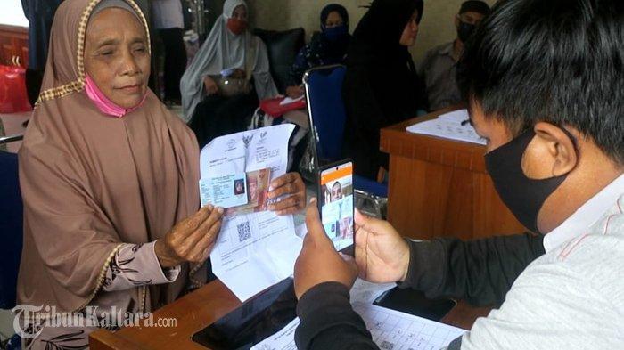 Aktivitas penerima bantuan BST di Kelurahan Kampung Satu Kota Tarakan, Kalimantan Utara, Senin (26/7/2021). (TribunKaltara.com / Andi Pausiah)