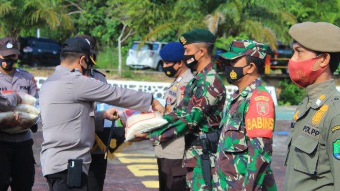 Tindak Lanjut Pemberlakuan PPKM, Aparat Gabungan Nunukan Bagi-bagi 2021 Masker & 100 Karung Beras