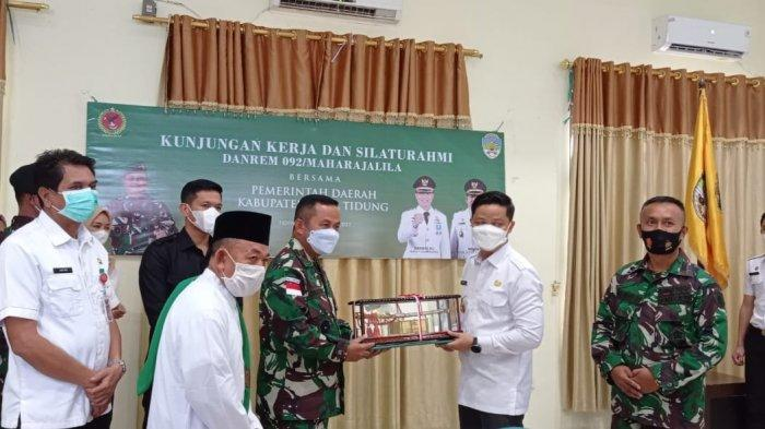 Penyerahan cinderamata dari Danrem 092 Maharajalila, Brigjen TNI Suratno kepada Bupati Tana Tidung, Ibrahim Ali. (TRIBUNKALTARA.COM / RISNAWATI)