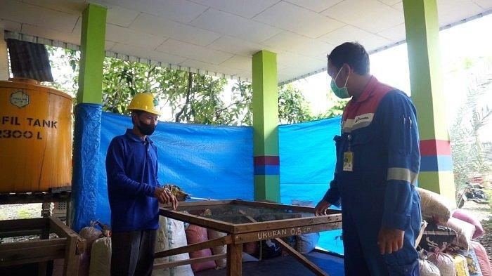 Pertamina Bunyu Field menggandeng Kelompok Masyarakat Bank Sampah Manise memanfaatkan limbah serbuk kayu sebagai penanganan Lost Circulation pada pekerjaan sumur pemboran dan workover. (HO/ Pertamina Bunyu Field)