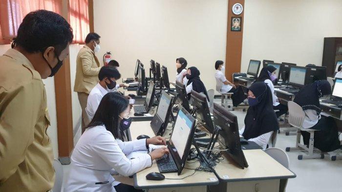 Peserta seleksi PPPK Guru tahap pertama saat mengikuti seleksi di Laboratorium Komputer SMAN 1 Tanjung Selor (TRIBUNKALTARA.COM / GEORGIE SILALAHI)