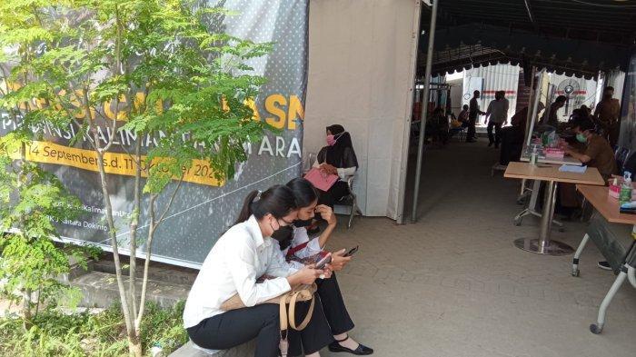 Peserta sesi pertama SKD CPNS Kaltara saat menunggu ujian di area Gedung CAT BKD Kaltara, lantaran kendala jaringan internet, Senin (20/9/2021).
