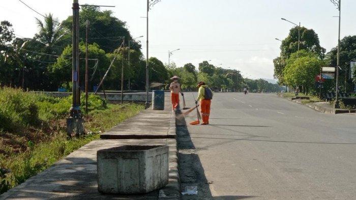 Petugas kebersihan membersihkan jalan di Jalan Pusat Pemerintahan Kabupaten Malinau, Rabu (21/4/2021). (TRIBUNKALTARA.COM/MOHAMMAD SUPRI)