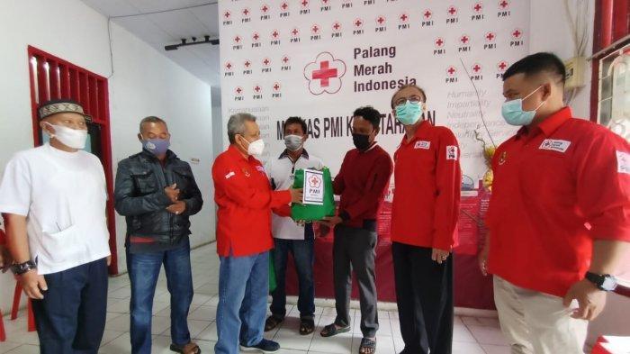 Momen Hari Palang Merah Sedunia, PMI Tarakan Bagi 50 Sembako Kepada Penggali Kubur dan Marbut Masjid