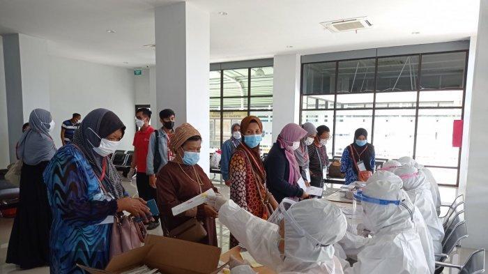 Pekerja Migran Indonesia (PMI) yang dideportasi dari Tawau, Malaysia, berada di Pelabuhan Tunon Taka Nunukan, belum lama ini.
