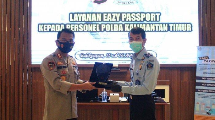 Penyerahan plakat usai kegiatan layanan Eazy Passport yang berlangsung di Ruang Rupatama Mapolda Kalimantan Timur.