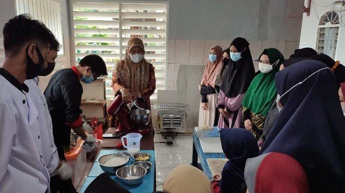 Dosen Tata Boga Poltekba memberikan pelatihan cara membuat kue dan roti bagi santri di Ponpes Salafiyah Subulus Salam, Balikpapan.