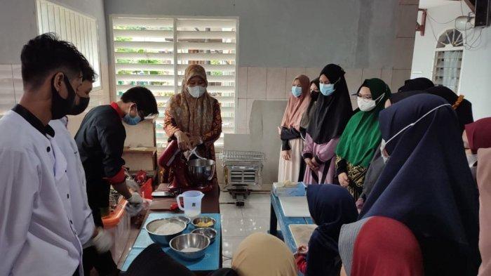 Tim Poltekba Beri Pelatihan Pembuatan Kue dan Roti bagi Santri Ponpes Salafiyah Subulus Salam
