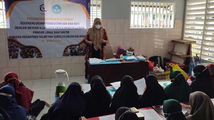 Para santri Ponpes Salafiyah Subulus Salam, Balikpapan mengikuti pelatihan pembuatan kue dan roti di Kampus Poltekba.