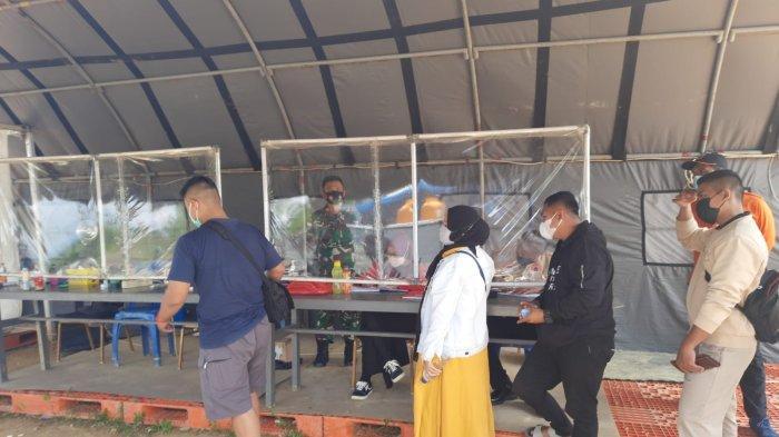 Petugas Pos Pemeriksaan Kesehatan di Jalan Poros Berau-Bulungan Km. 6 saat memeriksa kesehatan pengendara yang hendak memasuki wilayah Tanjung Selor, Kaltara, Kamis (14/10/2021).