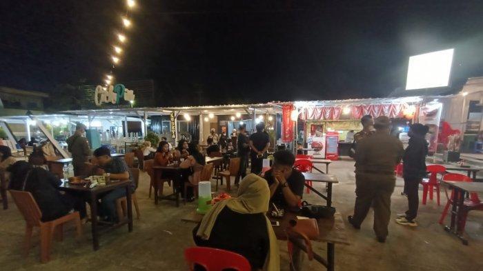 Aktivitas warga Tarakan saat nongkrong di kafe di masa PPKM Level 4