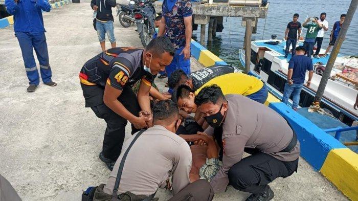 Proses evakuasi korban Laka air oleh personel Polair Polda Kaltara. (HO/Basarnas Tarakan)