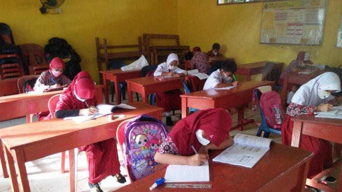 Kadisdikbud Nunukan memantau PTM terbatas di SDN 001 Sebatik Timur, Kabupaten Nunukan.