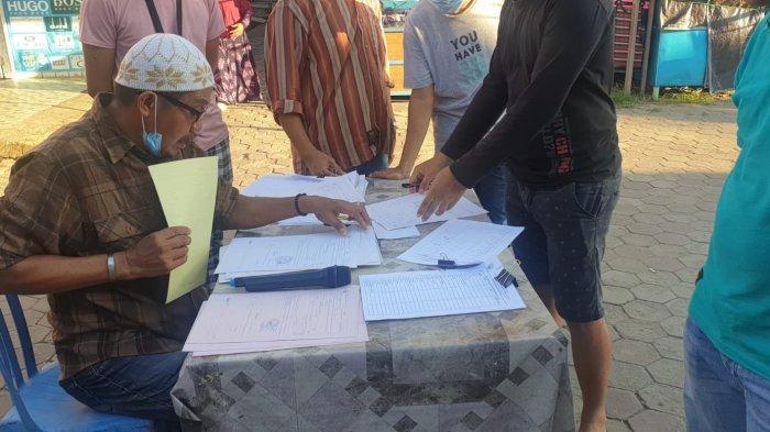 Ketua Paguyuban Pujasera Tanjung Selor, Bulungan, saat sedang membagikan surat edaran retribusi daerah dihadapan para pedagang dari Disperindagkop Pemerintah Daerah Bulungan
