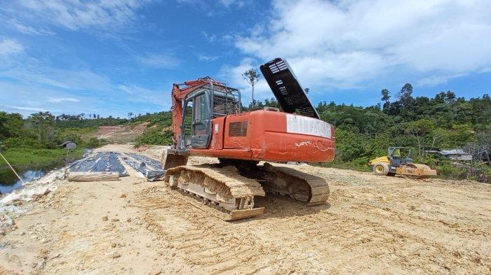 Puluhan truk pengangkut material tanah sedang melakukan progres penimbunan untuk Jalan Masuk di kawasan KBM Tanjung Selor, ( TRIBUNKALTARA.COM / MAULANA ILHAMI FAWDI )