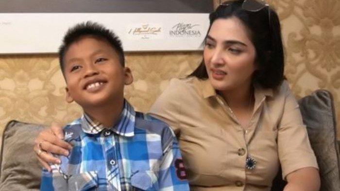 Ashanty dan Putra, bocah penjual cilok. (Tangkap layar Youtube The Hermansyah A6)