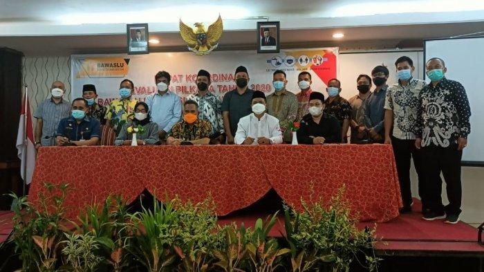 Wali Kota Tarakan dr Khairul, MKes bersama penyelenggara pemilu dari KPU dan Bawaslu dalam Rakor Evaluasi Pemilihan Kepala Daerah (Pilkada) Kaltara 2020 di Hotel Swissbell Tarakan, Jumat (16/4/2021).