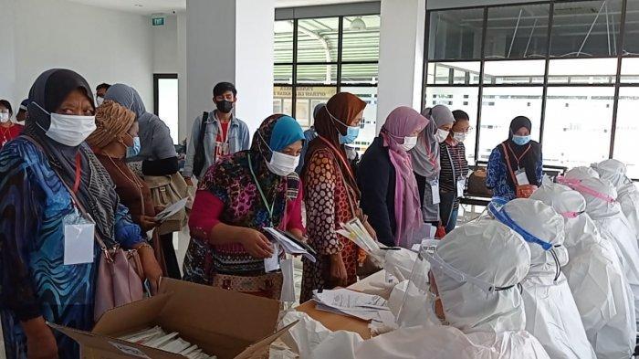 Ratusan WNI antre mengikuti swab PCR di ruang tunggu Pelabuhan Tunon Taka Nunukan, Jumat (30/04/2021), sore. TRIBUNKALTARA.COM/ Febrianus felis.