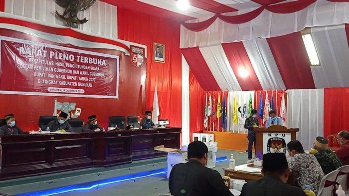 Laporan rekapitulasi hasil suara oleh Ketua PPK Sembakung, Kabupaten Nunukan, di Kantor KPU Nunukan, Jalan Radio Nunukan, Kalimantan Utara, Selasa (15/12/2020).  TRIBUNKALTARA.COM/ Febrianus felis.