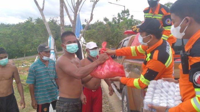 Relawan Bantuan Darurat (Banda) Indonesia Balikpapan terus memberi semangat kepada para penggali makam jenazah Covid-19 di TPU Km 15, Karang Joang, Balikpapan Utara.