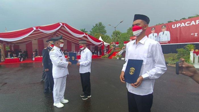 Dua warga binaan menerima secara simbolis surat berita acara pemberian resmisi bebas dari Lapas Kelas IIA Tarakan