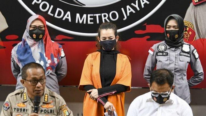 Kabid Humas Polda Metro Jaya Kombes Pol Yusri Yunus (kiri duduk) menunjukkan penyanyi Reza Artamevia (tengah) saat rilis kasus pengungkapan tindak pidana narkotika di Polda Metro Jaya, Jakarta, Minggu (6/9/2020). Ditresnarkoba Polda Metro Jaya menangkap Reza Artamevia pada Jumat (4/9) di rumah makan kawasan Jatinegara, Jakarta Timur serta mengamankan barang bukti narkotika jenis sabu seberat 0,78 gram. ANTARA FOTO/M Risyal Hidayat/foc.