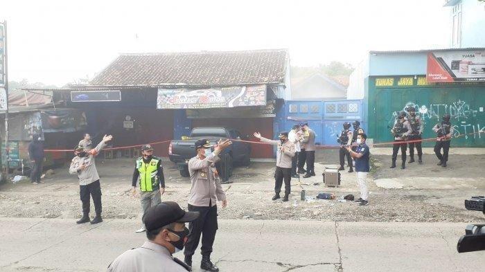 Pasca aksi bom bunuh diri di Makassar, rumah terduga teroris di Condet dan Bekasi digerebek polisi, ada ledakan.