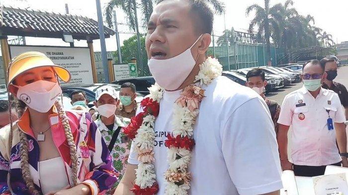 Bebas dari Penjara, Saiful Jamil Dijemput Mobil Mewah, Keluarga Sebut Tak Tahu dan Siapkan Bus Mini