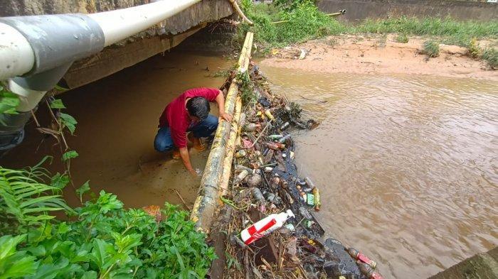 Pengambilan sampel air sungai usai tercemar limbah berbahaya diduga oli.