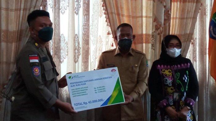 Bupati Bulungan Syarwani didampingi Deputi Direktur wilayah Kalimantan Rini Suryani, menyalurkan santunan kematian kepada ahli waris dari pekerja yang terdaftar di dalam BPJS Ketenagakerjaan, Selasa (7/9/2021). (TRIBUNKALTARA.COM / RAHINO)