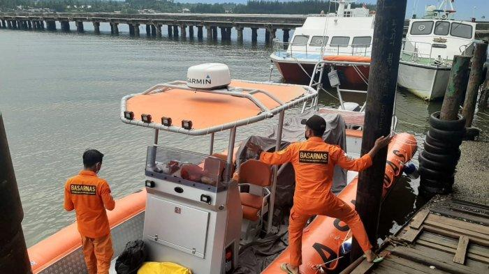 Aktivitas Tim SAR gabungan yang kembali melakukan operasi pencarian Sudirman, korban kecelakaan kapal man over board pada Senin (17/5/2021)
