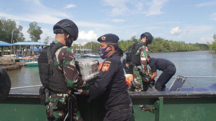 Satgas Pamtas RI-Malaysia serahkan hasil tangkapan ribuan minuman keras (Miras) ke Kantor Pengawasan dan Pelayanan Bea Cukai Nunukan, Kamis (16/09/2021).
