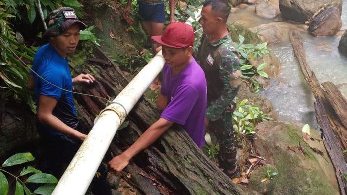 Personel TNI Satgas Yonif 623/BWU membantu warga memperbaiki pipa saluran air bersih di Desa Sekaduyun Taka, Kecamatan Sei Menggaris, Nunukan, Kalimantan Utara, Rabu (4/11/2020), pagi. (HO/ Satgas Yonif 623/BWU ).