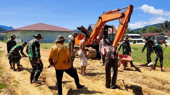 Personel TNI Satgas Pamtas Yonif 623/BWU Gotong royong Perbaiki Akses Jalan Warga Desa di Krayan