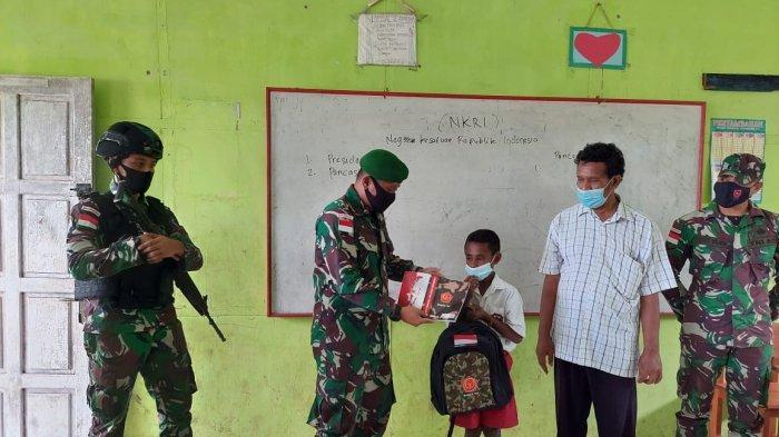 Prajurit TNI Yonif 611/Awang Long Salurkan Bantuan Peralatan Sekolah untuk Pelajar di Merauke Papua