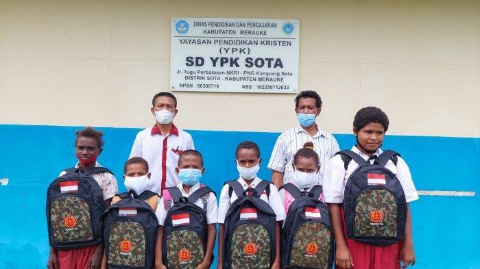 Satgas Pamtas RI-PNG Yonif 611/Awang Long menyalurkan sargal peralatan sekolah kepada siswa di Papua.